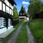 Fotografie Hrázděného domu v uličce s podstávkou v zeleni od V. Sojky